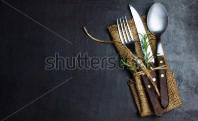 Carta da parati Set di vintage rustico di coltello posate, cucchiaio, forchetta. Sfondo nero. Vista dall'alto
