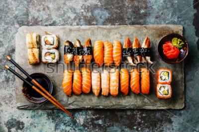 Carta da parati Set Sushi servito su ardesia pietra grigia su sfondo di metallo