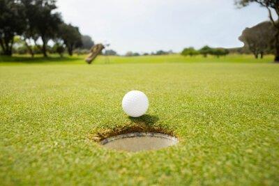 Carta da parati Sfera di golf sul bordo del foro