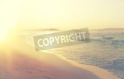 Carta da parati sfondo di spiaggia e mare onde sfocate, filtro d'epoca.