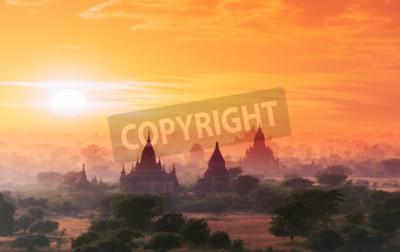 Carta da parati sito storico Myanmar Bagan sul magico tramonto con un bel cielo e templi buddisti vista panoramica