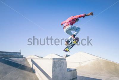 Carta da parati Skateboarder fa un trucco in uno skate park