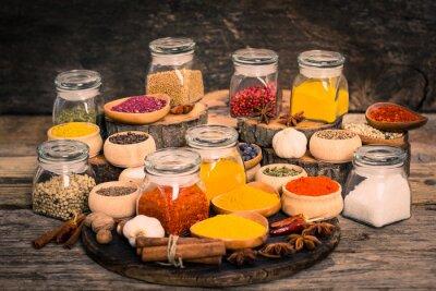 Carta da parati Spezie ed erbe sul tavolo in legno