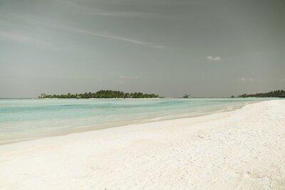 Carta da parati spiaggia di isola Maldive con palme e Villa