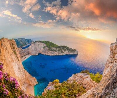 Carta da parati Spiaggia di Navagio con il naufragio contro il tramonto sull'isola di Zante in Grecia