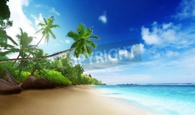 Carta da parati spiaggia in tempo tramonto sull'isola di Mahe alle Seychelles