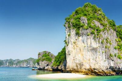 Carta da parati spiaggia selvaggia sul disabitata isola tropicale nel Ha Long Bay