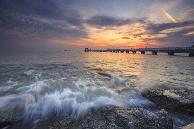 Carta da parati Splendido tramonto sul mare e un molo nel paradiso tropicale