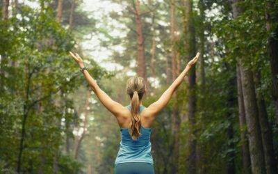 Carta da parati stile di vita sano idoneità donna sportiva precoce della superficie forestale