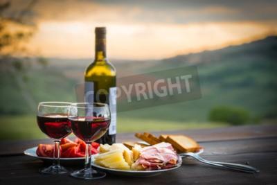 Carta da parati Still life Rosso vino, formaggio e prosciutto. Cena romantica all'aperto