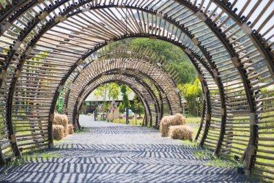 Carta da parati struttura a tunnel di bambù in giardino