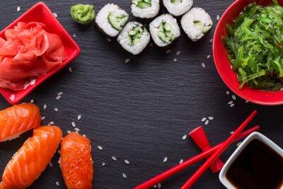 Carta da parati sushi e panini su una tavola di ardesia