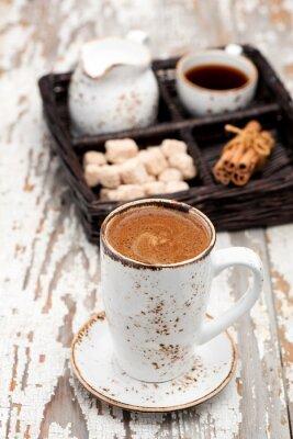 Carta da parati tazza caffè cappuccino su uno sfondo chiaro.