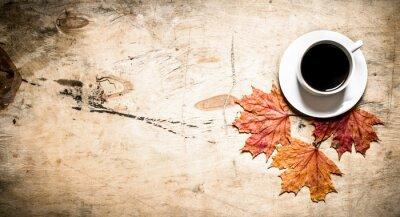 Carta da parati Tazza di caffè caldo con foglie d'autunno.