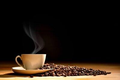 Carta da parati Tazza di caffè con fumo e chicchi di caffè su fondo in legno vecchio