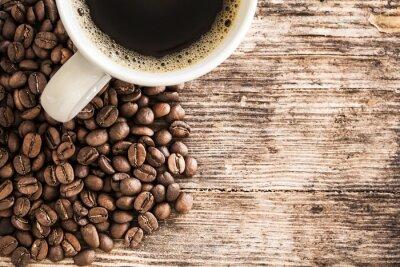 Carta da parati Tazza di caffè e fagioli su un tavolo di legno