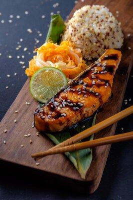 Carta da parati Teriyaki di salmone con riso su un piatto di legno