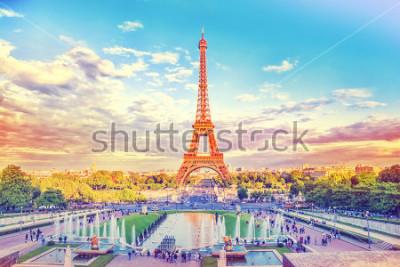 Carta da parati Torre Eiffel e Fontana a Jardins du Trocadero, Parigi, Francia. Fondo di viaggio con filtro vintage instagram retrò