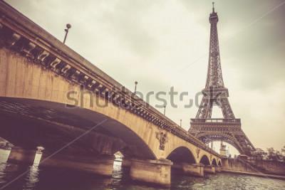 Carta da parati Torre Eiffel e ponte di Jena in un giorno nuvoloso