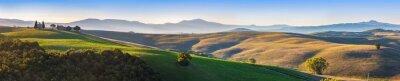 Carta da parati Toscana paesaggio panorama all'alba con una cappella della Madonna d