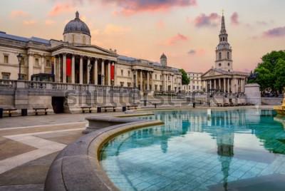 Carta da parati Trafalgar Square a Londra, Inghilterra, con la National Gallery e la chiesa di St Marting on the Fields in una luce drammatica