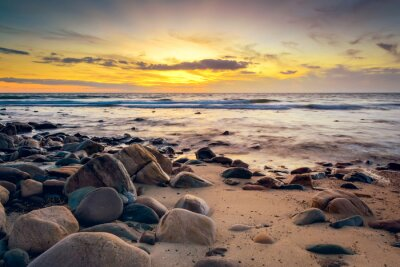Carta da parati Tramonto drammatico alla costa rocciosa