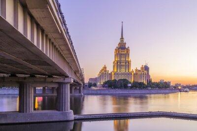 Carta da parati tramonto rosa in hotel Ucraina a Mosca di notte