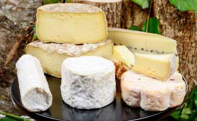 Carta da parati tray with different French cheeses