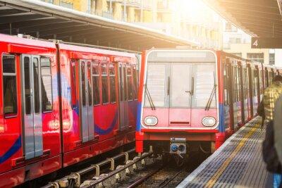 Carta da parati treni urbani senza conducente alla stazione di Londra