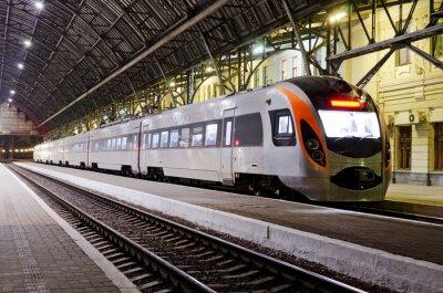 Carta da parati Treno ad alta velocità presso la stazione ferroviaria