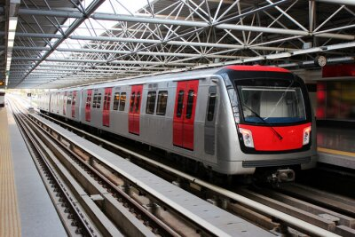 Carta da parati Treno della metropolitana alla stazione della metropolitana