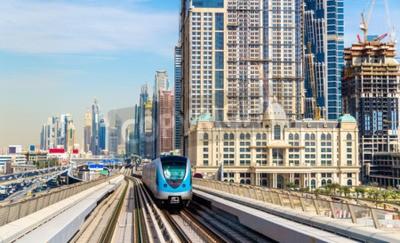 Carta da parati treno della metropolitana sulla linea rossa a Dubai
