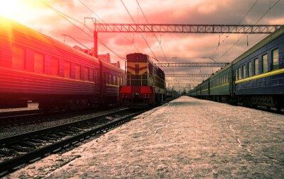 Carta da parati treno in raggi del sole rosso