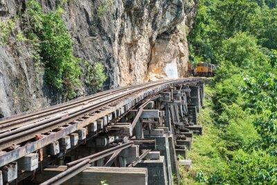 Carta da parati Treno Thai sul ponte sul fiume Kwai di Kanchanaburi, in Thailandia