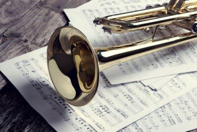 Carta da parati Tromba e spartiti sul vecchio tavolo di legno. Stile vintage.