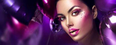 Carta da parati Trucco di arte creativa della ragazza del modello di moda di bellezza con le gemme. Volto di donna su sfondo di palloncini viola, rosa e viola