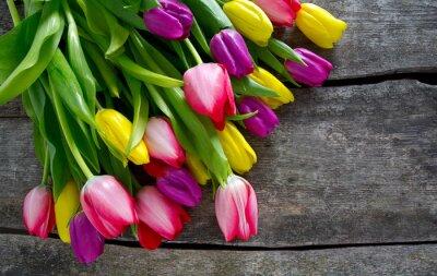 Carta da parati tulipani colorati sulla superficie in legno