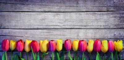 Carta da parati Tulipani in fila sulla tavola di Vintage - Spring Background