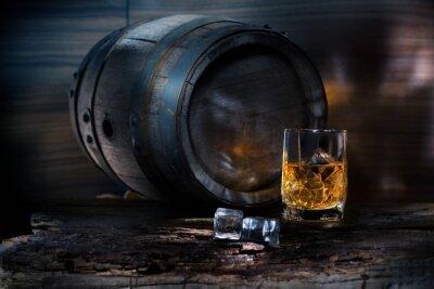 Carta da parati Un bicchiere di whisky con ghiaccio su sfondo barile