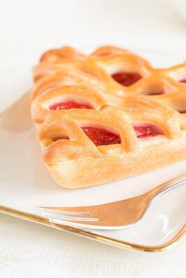 Carta da parati Un pezzo di torta di fragole che giace su un piatto