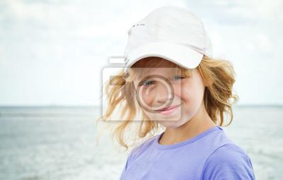 Carta da parati Un po 'bambina sorridente sulla costa del mare