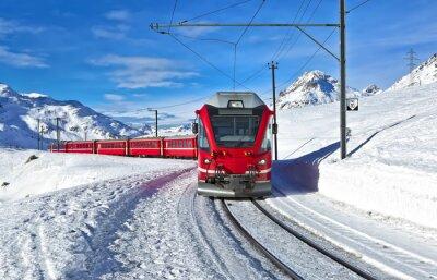 Carta da parati Un treno svizzero rosso che attraversa la neve