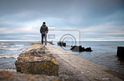 Carta da parati Un uomo sul vecchio molo rotto protagonista al mare