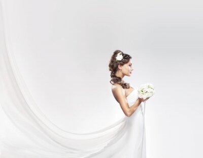 Carta da parati Una giovane sposa caucasica in posa in un abito bianco con fiori