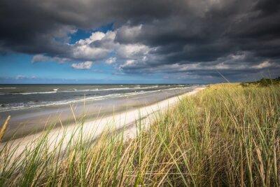 Carta da parati Una vista della bella spiaggia di sabbia nella città di Leba, Mar Baltico, Polonia