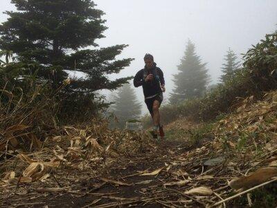 Carta da parati Uomo che corre in alto sentiero di montagna