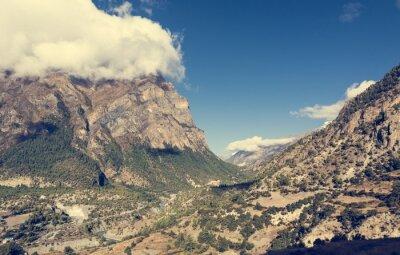 Carta da parati valle di montagna largo con il fiume che scorre attraverso.