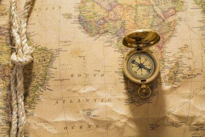 Carta da parati vecchia bussola e corda su mappa d'epoca