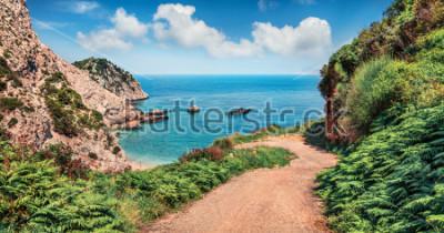 Carta da parati Vecchia strada per la spiaggia di Agia eleni. Vista sul mare colorata mattina del Mar Mediterraneo. Scena all'aperto luminosa dell'isola di Cefalonia, Grecia, Europa. Viaggiando sulle isole io