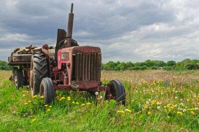 Carta da parati Vecchio abbandonato la trattore rosso in una fattoria nel campo